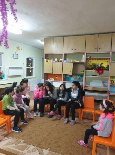 Приказки разказвам в детската градина в  село Окоп - ОУ Христо Ботев - Кукорево